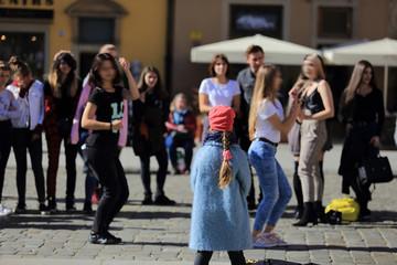 Fototapeta Anonimowa grupa młodych ludzi na rynku Wrocławia. obraz