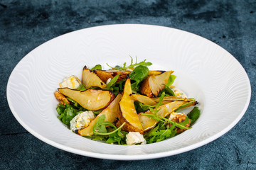Salad with gorgonzola and pear