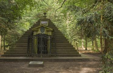 8461 Grabpyramide Graf Wilhelm zu Schaumburg-Lippe