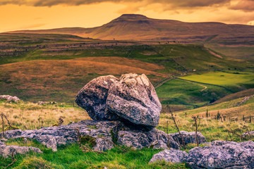 Ingleborough (723 m or 2,372 ft) is the second-highest mountain in the Yorkshire Dales Fototapete