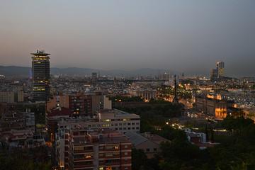 Vista nocturna de la ciudad de Barcelona con edificios iluminados