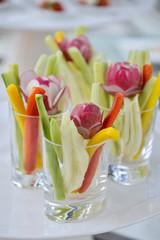 Mini porzioni di verdura in bicchierini trasparenti