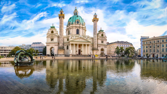 Karlskirche mit Teich im wunderschönen Sommerlicht