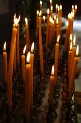 Fototapeta Płonące świeczki w kościele katolickim obraz