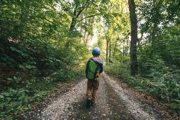 Kind mit Rucksack im Wald