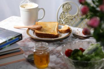 乱雑な朝食の風景
