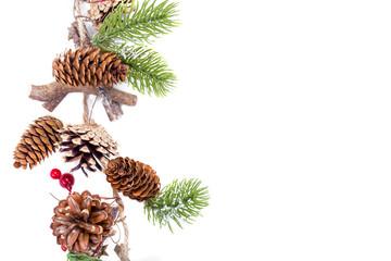 Obraz en julgirlang med kottar, och granbarr och bär med utrymme för egen text isolerat mot vit bakgrund - fototapety do salonu