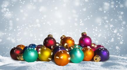 bunte weihnachtskugeln im schnee