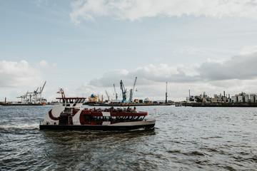 Fähre auf der Elbe Hamburg