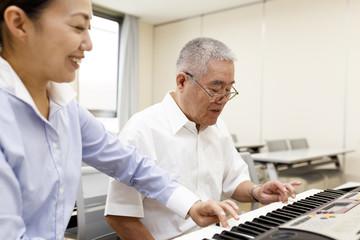 ピアノを楽しむ高齢の男性