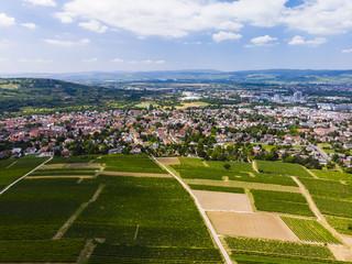Deutschland, Rheinland-Pfalz. Ingelheim am Rhein , Blick über Weinberge auf Ingelheim am Rhein,  Luftbild