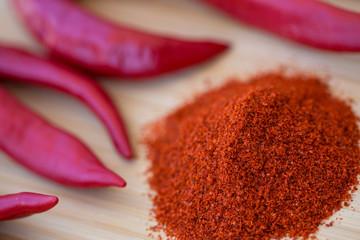 kırmızı toz biber ve taze biberler