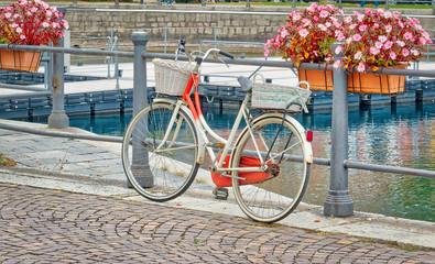 Foto op Plexiglas Fiets La bicicletta con i cestini