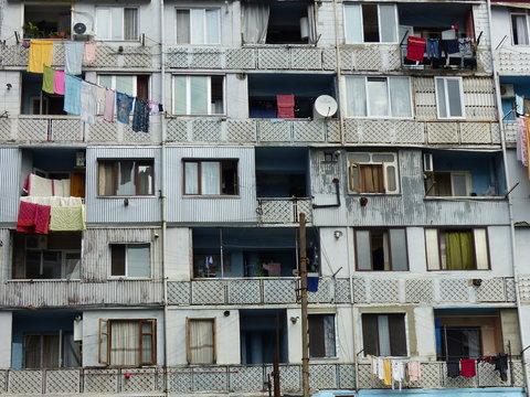 Facciata di una casa popolare degradata di Batumi in Georgia.