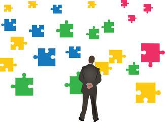 uomo guarda caduta libera di pezzi di puzzle