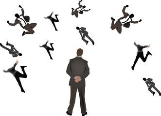 uomo di spalle guarda indifferente la caduta di colleghi