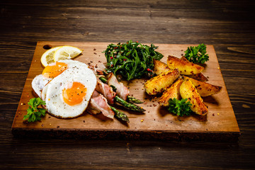Asparagus with fried bacon and fried eggs
