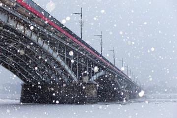 Obraz Śnieżyca przy moście Poniatowskiego, Warszawa, Polska - fototapety do salonu