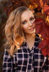 Obraz Jesienny portret kobiety - fototapety do salonu