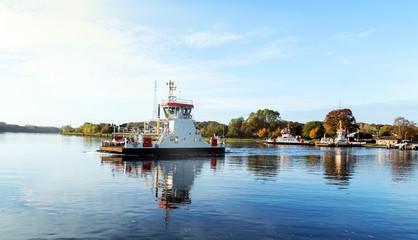 Kanalfähre auf dem Nord-Ostsee-Kanal bei Rendsburg im Herbst, Fähranleger Schacht-Audorf in Norddeutschland