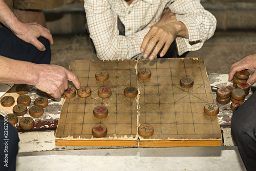 Grupo De Hombres Jugando A Juego De Mesa Tradicional Chino Stock