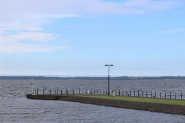 小川原湖/地元では宝湖(たからぬま)といわれるほど漁獲量が豊富で、シラウオ、ワカサギは全国第一位、シジミ貝は第三位の漁獲高を誇ります。そして野鳥の宝庫でもあり、三沢側湖岸の仏沼では幻の鳥「オオセッカ」も生息しています。冬は渡り鳥の飛来地としても有名で、小川原湖に飛来する白鳥は県の天然記念物に指定されています。