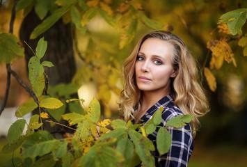 Obraz Portret kobiety, jesień, zielone liście - fototapety do salonu