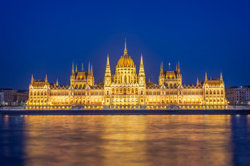 Wall Mural - Budapest parliament illuminated at night and Danube river, Hungary