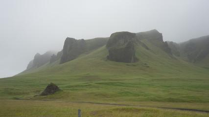 Berglandschaft mit Wasserfällen im Vatnajökull-Nationalpark / Süd-Island