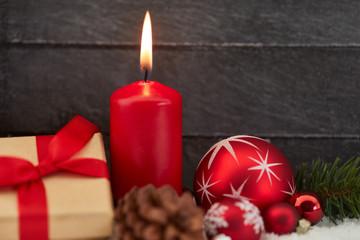 Erster Advent mit roter Kerze und Dekoration
