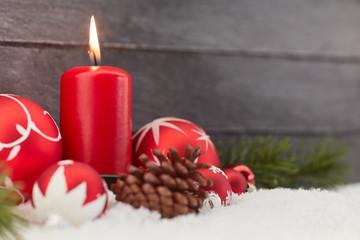 Kerze zu Weihnachten vor Holz
