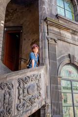 Femme dans un escalier à Clermont-Ferrand