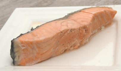 saumon cuit dans assiette