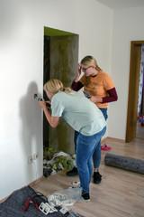Zwei junge Frauen bei renovierungsarbeiten