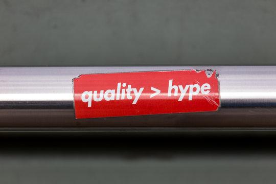 Slogan Qualität ist wichtiger als Hype