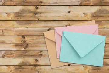 Briefumschläge auf Holz