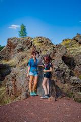 Femme et fillette en balade dans le Volcan de Lemptégy