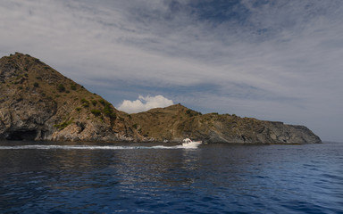 Navegando por el mar mediterraneo en el Parque Natural del Cap de Creus, Cataluña, España