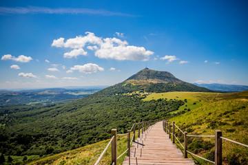 Vue sur le Puy de Dôme depuis le Puy Pariou  en Auvergne