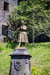Statue de Jeanne d'Arc devant le Château Dauphin à Pontgibaud