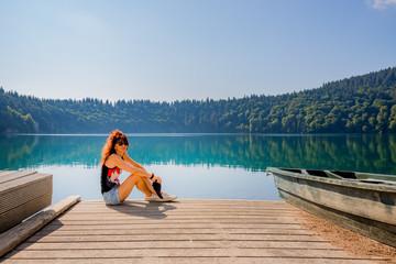 Femme au bord du Lac Pavin en Auvergne