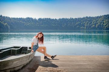 Fillette au bord du Lac Pavin en Auvergne