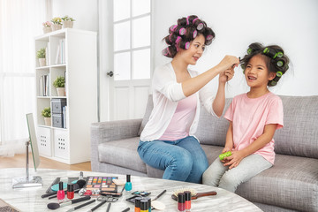 mom help to set daughter's hair curly