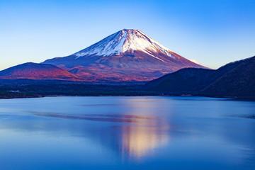 夕暮れの富士山、山梨県本栖湖にて Fototapete