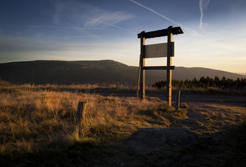 Foto op Aluminium Jacht Beautiful outdoor tourist sign in the mountain national park at sunset at sunrise