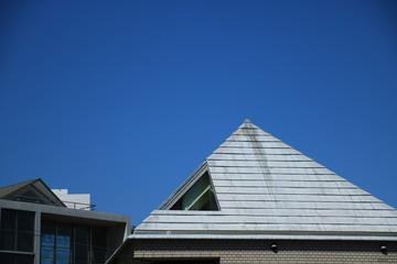 三角屋根の建物