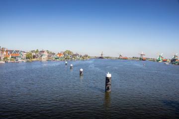 Wasserlandschaft mit Windmühlen in Holland