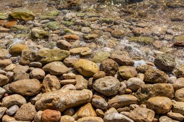 Stenar på en strand vid Medelhavet
