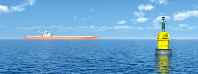 Frachtschiff und Boje im Meer