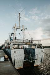 Fischerboot von hinten auf der Elbe Hamburg